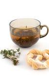 Kop thee met een bundel van kruiden en ongezuurd broodje stock foto's