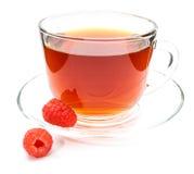 Kop thee met geïsoleerde framboos Royalty-vrije Stock Foto's