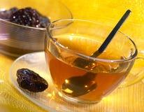 Kop thee met gedroogde pruimen Stock Foto