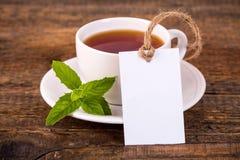 Kop thee met groene bladeren en lege markering Royalty-vrije Stock Foto's