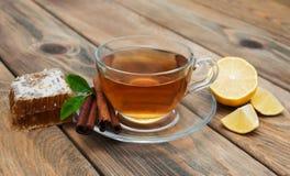 Kop thee met honing en kaneel Royalty-vrije Stock Afbeeldingen
