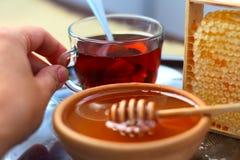 Kop thee met honing in kom en honingraat royalty-vrije stock afbeelding