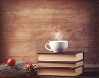 Kop thee met Kerstmisboom brench en boeken royalty-vrije stock foto