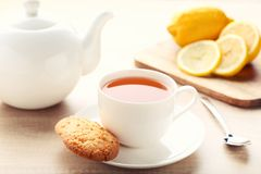 Kop thee met koekje stock afbeeldingen