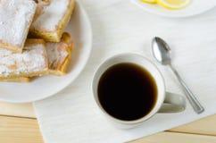 Kop thee met lepel en citroenbars royalty-vrije stock fotografie
