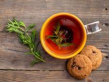 Kop thee met munt en cakes Stock Foto