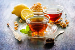Kop thee met muntblad en chrystal suiker op donkere rustieke rug stock foto