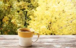 Kop thee met op het hout Royalty-vrije Stock Afbeeldingen