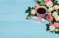 Kop thee met rozen en moedersdagmarkering Stock Foto's