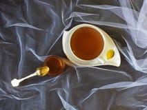 Kop thee met stroop Stock Fotografie