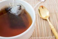 Kop thee met theezakje stock fotografie