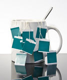 Kop thee met vele theezakjes Stock Foto