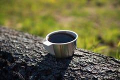 Kop thee op een boomboomstam stock afbeeldingen