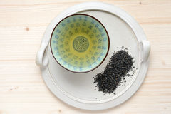 Kop thee op een ceramische plaat Stock Afbeelding