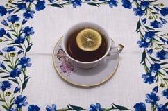 Kop thee op een linnenservet Stock Foto