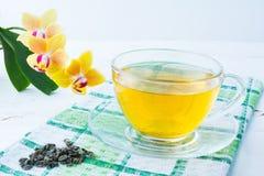 Kop thee op groen geruit servet Stock Afbeeldingen