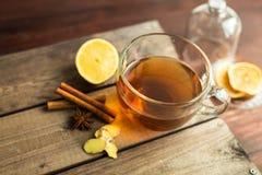 Kop thee op houten achtergrond met kaneel, anijsplantsterren Stock Afbeeldingen
