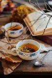 Kop thee, rustieke stijl kop thee met kruiden en citroen  Stock Foto