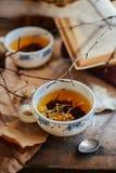 Kop thee, rustieke stijl kop thee met kruiden en citroen  Stock Afbeeldingen