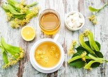 Kop van aftreksel met lindebloemen Stock Foto