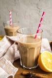 Kop van cacao met melk en kaneel Stock Foto