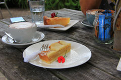 Kop van cappuccino en een plak van cake Royalty-vrije Stock Fotografie