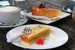 Kop van cappuccino en een plak van cake Stock Afbeelding