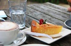 Kop van cappuccino en een plak van cake Royalty-vrije Stock Afbeelding