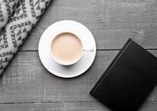 Kop van cappuccino met grijze wolsjaal en agenda Royalty-vrije Stock Foto