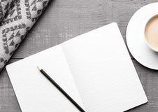 Kop van cappuccino met grijze wolsjaal en agenda Stock Foto