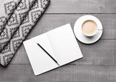 Kop van cappuccino met grijze wolsjaal en agenda Royalty-vrije Stock Afbeelding