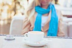 Kop van cappuccino op de lijst in de zomerkoffie Stock Foto