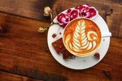 Kop van cappuccino op een houten lijst Royalty-vrije Stock Afbeelding