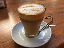 Kop van cappuccino op een lijst Royalty-vrije Stock Afbeeldingen