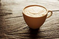Kop van cappuccino op houten achtergrond stock fotografie