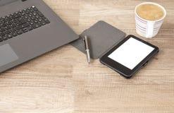 Kop van Cappuccinokoffie bij Office Zoete croissant en een kop van koffie op de achtergrond stock foto
