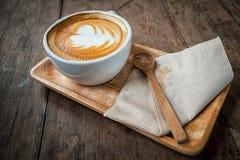 Kop van cappuccinokoffie op houten plaat en bruine suiker royalty-vrije stock foto