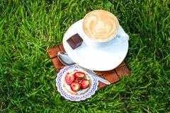 Kop van cappucino en zoet dessert Stock Foto