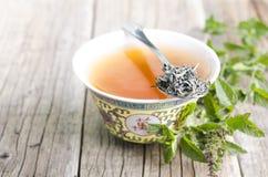 Kop van Chinese thee op een houten achtergrond met munt Royalty-vrije Stock Foto's