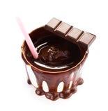 Kop van de hete donkere die stroom en het stro van de chocoladecacao op witte achtergrond, cl wordt geïsoleerd Stock Foto's