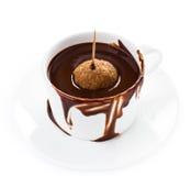 Kop van de hete donkere die stroom van de chocoladecacao op witte achtergrond, cl wordt geïsoleerd Stock Afbeelding