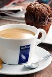 Kop van de koffie en de muffin van Lavazza Stock Foto's