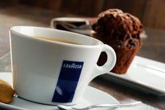 Kop van de koffie en de muffin van Lavazza Royalty-vrije Stock Afbeelding