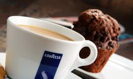 Kop van de koffie en de muffin van Lavazza Royalty-vrije Stock Fotografie