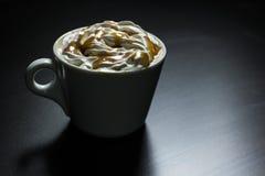 Kop van de koffie van de karamelcappuccino Stock Foto