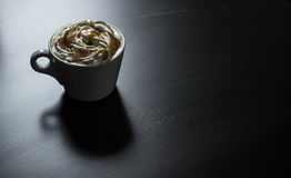 Kop van de koffie van de karamelcappuccino Stock Foto's