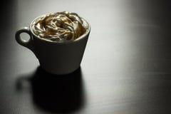 Kop van de koffie van de karamelcappuccino Stock Afbeeldingen