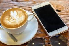 Kop van de koffie van de lattekunst met lepel en plaat op de bruine achtergrond van de schors mooie textuur Royalty-vrije Stock Foto