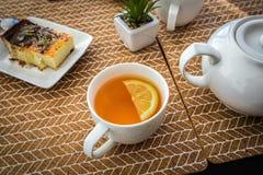 Kop van gele theecitroen stock foto