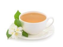 Kop van groene die thee met jasmijnbloemen op witte backgrou worden geïsoleerd Stock Foto